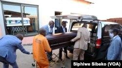 Une personne décédée à cause du Covid-19, à Johannesburg, Afrique du Sud, le 4 août 2020.