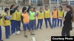 流亡藏人女子足球隊臉書上的照片顯示美國教師凱茜蔡爾茲和她訓練的藏族姑娘們。