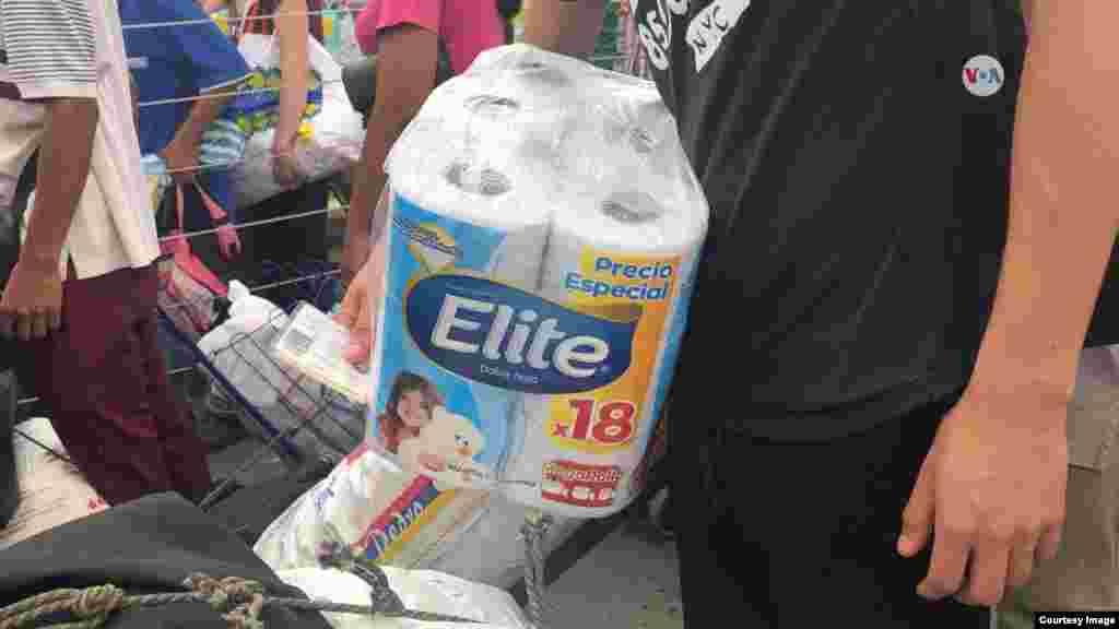 Un venezolano lleva papel higiénico, en medio de la crisis humanitaria que atraviesa el país.