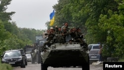 乌克兰士兵驾装甲车行使在顿涅茨克。2014年5月22日拍摄