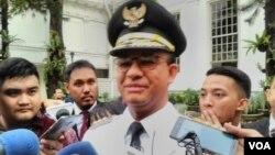 Gubernur DKI Jakarta Anies Rasyid Baswedan memberikan keterangan kepada media di Jakarta. (Foto: VOA/Andylala)