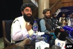 Juru bicara Taliban Zabihullah Mujahid dalam konferensi pers pertama setelah Taliban mengambil alih kekuasaan pemerintahan di Kabul (17/8).