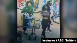 تصویر زنی که در فروشگاه زنجیره ای «والمارت» بستنی را لیس زد و به فریزر بازگرداند