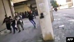 Amaterski snimak demonstranata u Hami koji beže od vatre sirijskih snaga bezbednosti