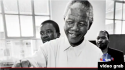 曼德拉代表南非的黑人投下神聖的一票 (視頻截圖)