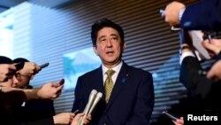 8일 아베 신조 일본 총리가 총리 관저에서 기자회견을 하고 있다.