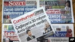 Halaman depan beberapa koran Turki dengan tajuk mengenai pengadilan bankir Turki yang didakwa melanggar sanksi Amerika yang diberlakukan terhadap Iran di Ankara, Turki, 30 November 2017.