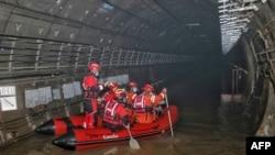 河南鄭州救援人員在地鐵5號線的隧道裡搜尋洪災遇難者。 (2021年7月26日)