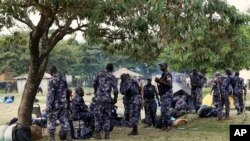 Des membres de la force de défense ougandaise se rassemblent à Kasese, Ouganda, le 28 novembre 2016.