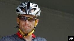 七次获得环法自行车大赛冠军的美国名将阿姆斯特朗(资料照)