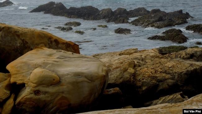 Ghềnh đá (Ảnh: Bùi Văn Phú)