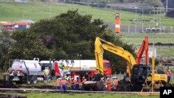 新西兰炼油厂的工作人员在新西兰北部的喷气燃料管道泄漏地(2017年9月15日)