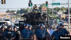 2014年8月13日美国密苏里州因一名非洲裔少年被警察开枪打死防暴警察与抗议者对峙