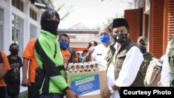Wakil Gubernur Jawa Barat (Jabar) Uu Ruzhanul Ulum menyalurkan bantuan sosial (bansos) provinsi untuk warga Kota Banjar terdampak COVID-19 di Kantor Pos Kota Banjar, Rabu (29/4). (Courtesy: Humas Jabar)