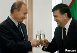 از او به عنوان کسی که با مسکو نزدیک تر است، یاد می شود.