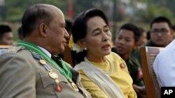 មេដឹកនាំគណបក្សប្រឆាំងភូមា លោកស្រី Aung San Suu Kyi និងអនុរដ្ឋមន្រ្តីក្រសួងកិច្ចការព្រំដែនលោកវរៈសេនីយត្រី Zaw Win ចូលរួមក្នុងពិធីខួបទី៦៨ នៃទិវាកងទ័ពជាតិក្នុងរដ្ឋធានី Naypyidaw នៃប្រទេសភូមា នៅថ្ងៃទី២៧ ខែមិនា ឆ្នាំ២០១៣។