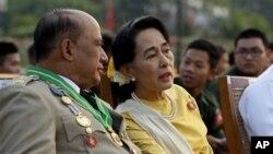 27일 버마 행정수도 네이피도에서 열린 연례 군인의 날 행사에 참석한 아웅산 수치 여사(오른쪽).