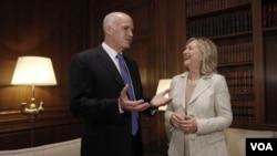Menlu AS Hillary Rodham Clinton saat bertemu dengan PM Yunani George Papandreou di Athena (17/7).