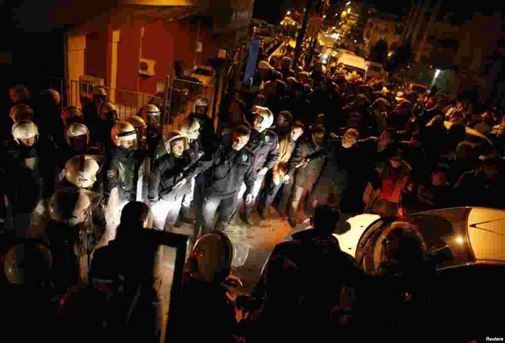 Polis Çankaya Seçki Komissiyasının binası qarşısında - Ankara, 31 mart, 2014