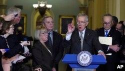 មេដឹកនាំសភាមតិភាគតិច លោក Harry Reid និងសមាជិកសភាមតិភាគតិចដទៃទៀត ថ្លែងក្នុងសន្និសីទសារព័ត៌មានមួយនៅសភា Capitol Hill រដ្ឋធានីវ៉ាស៊ីនតោន កាលពីថ្ងៃអង្គារ ទី១៥ ខែធ្នូ ឆ្នាំ២០១៥។