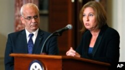 Chief Palestinian negotiator Saeb Erekat (L-R) and Israel's Justice Minister Tzipi Livni speak at a news conference at the end of talks at the State Department in Washington, July 30, 2013. I