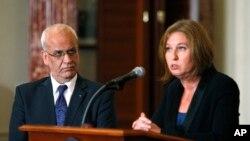 Saeb Erekat (à g.) et Tzipi Livni, les chefs des délégations palestinienne et israélienne