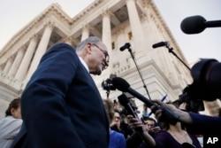 参议院民主党领袖舒默在国会大厦外面对媒体发表谈话(2018年1月19日)