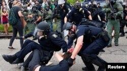 Policija hapsi demonstrante u Baton Ružu, Luizijani