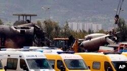 Các xe cứu hỏa và các giới chức an ninh dân sự làm việc tại hiện trường của một vụ máy bay rơi ở Boufarik, gần thủ đô Algiers của Algeria, hôm 11/4 làm ít nhất 257 người thiệt mạng.