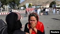 2016年7月23日一位妇女在阿富汗首都喀布尔炸弹爆炸现场哭泣。