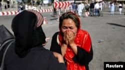 ແມ່ຍິງອັຟການິສຖານຄົນໜຶ່ງ ຮ້ອງໄຫ້ ຢູ່ສະຖານທີ່ເກີດເຫດ ຂອງການໂຈມຕີດ້ວຍລະເບີດສະຫຼະຊີບ ໃນນະຄອນຫຼວງ Kabul ຂອງ Afghanistan ວັນທີ 23 ກໍລະກົດ 2016.