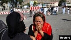 یکتن از مظاهره کنندگان، پس از وقوع حملۀ انتحاری در دهمزنگ کابل