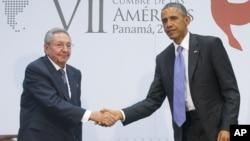 ປະທານາທິບໍດີ ສະຫະລັດ ທ່ານ Barack Obama ຈັບມືກັບປະທານາທິບໍດີຄິວບາ ທ່ານ Raul Castro .