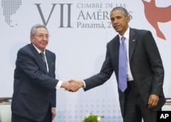 Tổng thống Barack Obama và Chủ tịch Cuba Raul Castro gặp gỡ bên lề Hội nghị châu Mỹ ở Thành phố Panama, 11/4/2015.