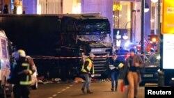 柏林警方正在檢查衝入柏林聖誕市場的貨車