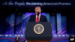 El presidente Donald Trump fue recibido con una ovación de pie por la Conferencia Conservadora.