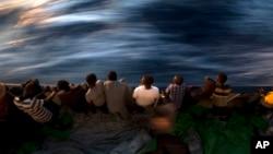 Des migrants secourus sont aperçus à bord de Glfo Azzurro au large de la Libye, en Méditerranée, 16 juin 2017.