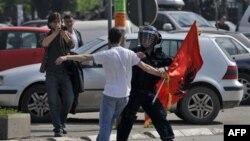Više od 20 osoba povredjeno je ispred zgrade Vlade u Pristini tokom protesta zbog posete šefa pregovarackog tima Beograda Borislava Stefanovića glavnom gradu Kosova.