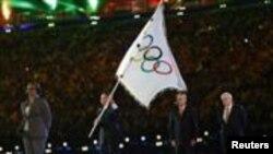 Thị trưởng Rio de Janeiro, ông Eduardo Paes nhận cờ Olympic từ Thị trưởng London Boris Johnson vài Chủ tịch IOC Jacque Rogge.