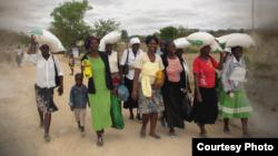 Des residents profitent du programme de la distribution du mais au Zimbabwe. (Credit: Programme Alimentaire Mondial)