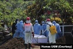 Petugas memakai baju hazmat dalam pemakaman Guru Besar UGM Prof Iwan Dwiprahasto di Makam Sawitsari Yogyakarta, Selasa, 24 Maret 2020. (Foto: Humas UGM)