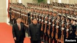 지난달 28일 중국 베이징을 방문한 김정은 북한 국무위원장이 시진핑 국가주석과 의장대를 사열하고 있다.