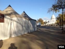 国会山不远处的白色帐篷。(美国之音 杨晨拍摄)