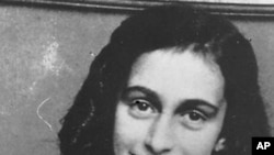 Photo non datée d'Anne Frank, une adolescente juive forcée à se cacher à Amsterdam pendant l'Holocauste et tuée dans un camp de concentration. (Photo AP / Centre Anne Frank)