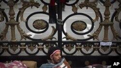 在埃及議會大樓外面的抗議者
