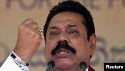 Cựu Tổng thống Sri Lanka Mahinda Rajapaksa phát biểu tại Colombo, ngày 28 tháng 7, 2015. Cuộc tranh đấu của ông Rajapaksa để trở lại chính trường phát xuất từ nhu cầu bảo vệ ông và gia đình khỏi bị truy tố về tham nhũng.