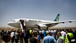 هواپیمای ماهان در فرودگاه صنعا - ۱ مارس ۲۰۱۵