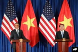U.S. President Barack Obama, left, and Vietnamese President Tran Dai Quang attend a press conference at the International Convention Center in Hanoi, Vietnam, May 23, 2016.