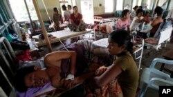 Para kerabat menunggui pria-pria etnis Rakhine di Myanmar yang cedera di sebuah rumah sakit di Thandwe, negara bagian Rakhine, Myanmar, 2 Oktober 2013. (Foto: AP)