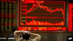 Một nhà đầu tư TQ theo dõi giá chứng khoán ở Bắc Kinh, ảnh chụp ngày 9/2/2018.